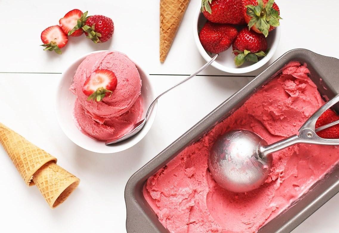 روز جهانی توت فرنگی؛ طرز تهیه بستنی توت فرنگی سنتی با ثعلب بدون دستگاه
