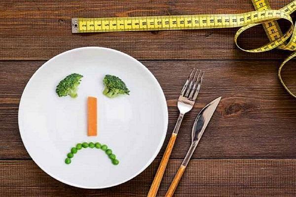 وعده های غذایی را حذف می کنید؟ این خطرها شما را تهدید می نماید!